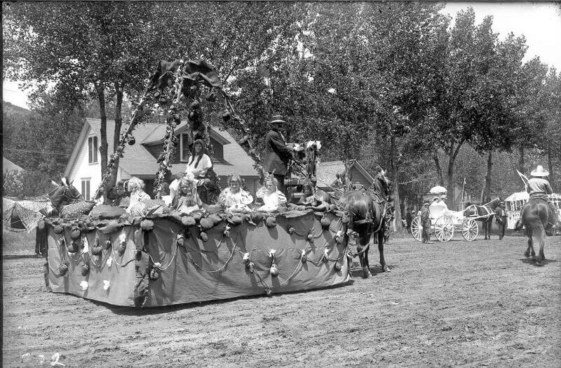 historic photograph of strawberry days parade in 1913